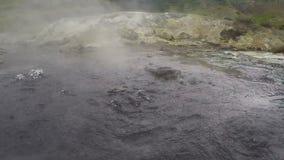 Kochendes Mineralwasser in natürliche vulkanische heiße Quellen stock footage
