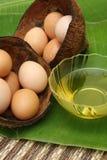 Kochendes Schmieröl und frische Eier vom Bauernhof Stockbild