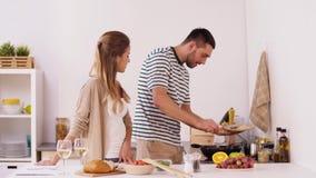 Kochendes und dienendes Lebensmittel des glücklichen Paars zu Hause stock video footage