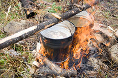 Kochendes Wasser in den Eimern Lizenzfreies Stockfoto