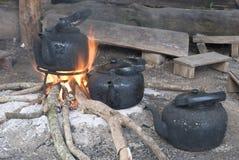 Kochendes Wasser des alten Kessels stockfotos