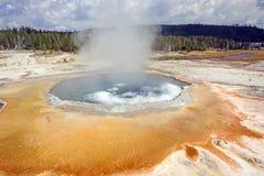 Kochendes Wasser in einer Coloful-heißen Quelle Lizenzfreie Stockbilder