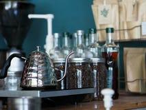 Kochendes Wasser mit rostfreiem Topf, damit sich vorbereiten Kaffeetropfenfänger machen Lizenzfreies Stockbild