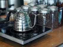 Kochendes Wasser mit rostfreiem Topf, damit sich vorbereiten Kaffeetropfenfänger machen Lizenzfreie Stockfotos