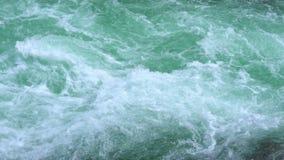 Kochendes Wasser von einem Gebirgsfluss stock video