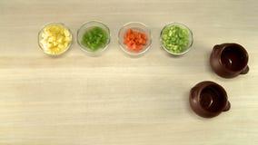 Kocherausschnittkartoffeln auf Draufsicht des hölzernen Brettes stock video footage