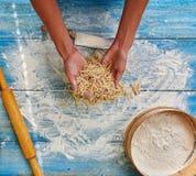 Kochfrau, die italienische Teigwaren zubereitet Stockbilder