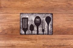 Kochgeräte silhouettieren Zeichnung im Mehl lizenzfreie stockfotografie
