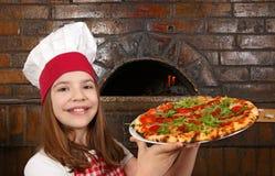 Kochgriffpizza des kleinen Mädchens Stockfoto