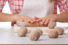 Kochhände, die Teig zubereiten Stockfotos
