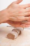 Kochhände, die Teig zubereiten Lizenzfreies Stockfoto