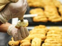 Kochhände, die Teig zubereiten Lizenzfreie Stockbilder