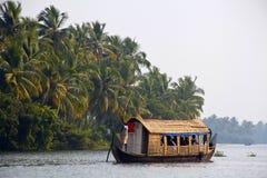 KOCHI, GRUDZIEŃ - 2012: Houseboat, zwiedzająca łódź przy sławnymi stojącymi wodami Kerala wokoło Kochi na Grudniu 5, 2012 w Kochi, Fotografia Royalty Free