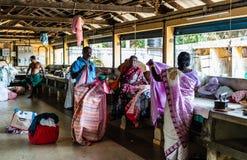 Kochi, Indien - 2019 Einheimische, die Kleidung in der allgemeinen Wäschereimitte bügeln stockfotografie
