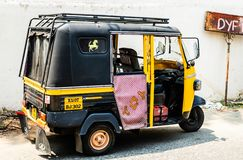 Kochi, Indien - 2019: Tuk-tukfahrt auf die Straßen von Kochi, Indien lizenzfreie stockfotografie