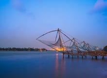 Kochi kinesiska fisknät i skymning i Kochi, Kerala. Arkivfoto