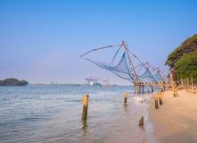 Kochi kinesiska fisknät i skymning i Kochi, Kerala. Fort Kochin, Kerala Arkivfoton