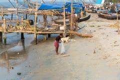 KOCHIN INDIA-FEBRUARY 25: Indiska fishemans 25, 2013 i Kochin, Royaltyfri Bild