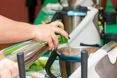 Kochkurs Schnell und leichte Art, Mahlzeiten vorzubereiten stockfoto