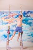 Kochliwy mężczyzna w majtkach zostaje na drewnianej huśtawce zdjęcie royalty free
