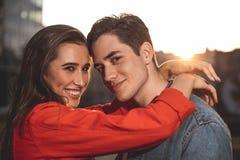 Kochliwy pary obejmowanie na ulicie zdjęcia stock
