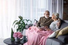 Kochliwy stary człowiek i kobieta odpoczywa przy żywym pokojem fotografia royalty free
