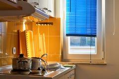 Kochnische mit Töpfen Stockfotografie