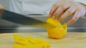 Kochscheiben des gelben Pfeffers stock video
