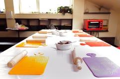 Kochschule/Akademie Tabelle für das Kochen Ausrüstung für das Kochen Stockfotografie