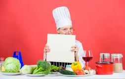 Kochschulekonzept Buch durch ber?hmten Chefkopienraum Berufsniveau Frauenstudie kulinarisch Kulinarischer Experte chef lizenzfreies stockfoto