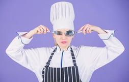 Kochschulekonzept Frauenberufschefgriffger?t-L?ffelgabel, die Spa? hat Zeit zu essen Appetit und Geschmack lizenzfreie stockfotografie