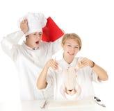 Kochteam, das rohes Huhn vorbereitet Lizenzfreies Stockfoto