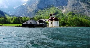 kościół jeziora Zdjęcie Royalty Free