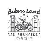 Kościec w hełmie na rowerze i złotym bridżowym wektorowym projekcie Zdjęcie Stock