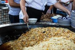 Kocioł z uzbeka pilaf z przepiórek jajkami i kazy fotografia royalty free