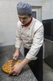 Kock Cutting pizza royaltyfria bilder