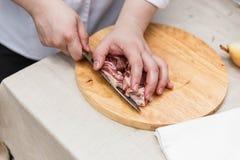 Kock Cutting Raw Meat på träsnittet fotografering för bildbyråer