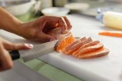 Kock Cutting Salmon för framställning av sashimien royaltyfri fotografi