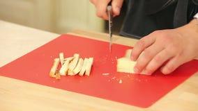 Kock Cutting White Bread in i stycken som ska lagas mat lager videofilmer
