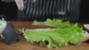 Kock Drop Salad Leaf på en smörgås arkivfilmer