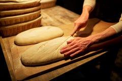 Kock eller bagare med degmatlagningbröd på bagerit Royaltyfria Foton