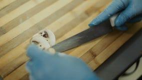 Kock Hands Cutting Mushrooms arkivfilmer