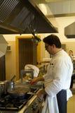 Kock i ett kök Fotografering för Bildbyråer