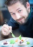Kock i hotell- eller restaurangkökmatlagning, endast händer Han arbetar på mikroörtgarneringen Förbereda aptitretaren - gås Fotografering för Bildbyråer