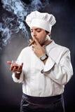 Kock med cigarren och cognacen royaltyfria bilder