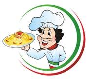 Kock med en platta av spagetti Arkivfoton