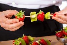 Kock med frukter Royaltyfria Foton