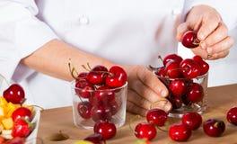 Kock med frukter Royaltyfri Foto