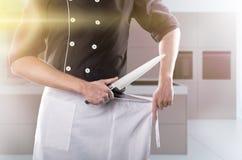 Kock med knivar med kök på bakgrund, främre sikt tolkning 3D och foto Hög upplösning Royaltyfria Foton