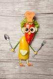 Kock med skeden och gaffel som göras av grönsaker Royaltyfri Bild